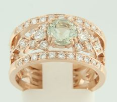 14 kt rose gold ring band, set with a central, green amethyst and an entourage of 34 brilliant cut diamonds, approx. 0.64 ct in total, ring size 17 (53)