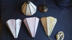 4 Tiffany style hanging lamp(s) and wall lamps - In different shades.