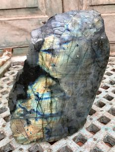 Heavy Labradorite free-form, polished on one side - 19.5 x 13 x 7.5 cm - 3,38 kg