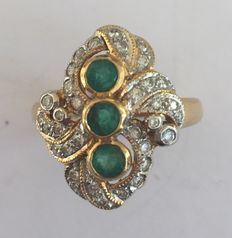 18 kt gold ring with 3 emeralds an 34 diamonds, fantasy princess model – size 54
