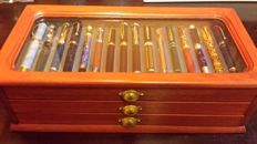 Beautiful collection of 50 style pens,plated in gold and silver,with the pen in iridium,and with a case of three drawers,which is made of solid wood,a luxury collection.