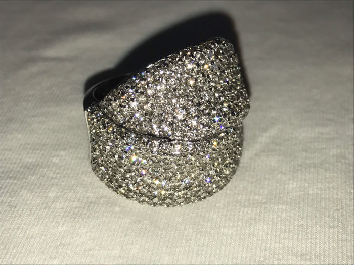 Bow ring in 18 kt white gold with diamonds – Current size: 15 (Italy), becomes 17 by removing the pin