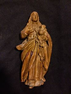 Virgin with Child made in chestnut wood with some traces of polychromy - ca. 1700