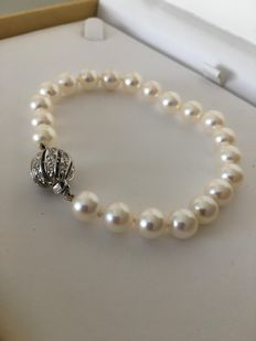 Bracelet with saltwater pearls (7.5 mm to 8 mm) and white gold clasp with diamonds of 0.56 ct in total