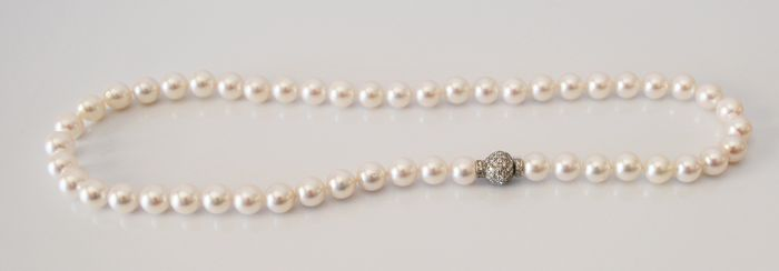 Beautiful necklace made of cultured saltwater Japanese Akoya pearls measuring 7.5 mm with diamonds totalling approx. 1 ct