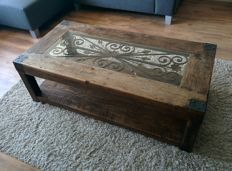 Oak coffee table with hand-forged iron plates/pins and inlaid iron ornamental work - the Netherlands/France