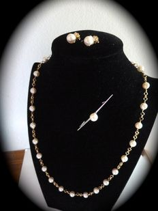 Set of necklace, earrings and pearl brooch with Japanese cultured pearls and 18 kt gold