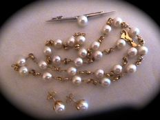 Set including necklace, earrings and brooch, all with Japanese cultured pearls and 18 kt gold