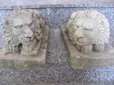 A pair of lions carved in white stone - Italy - 20th-century