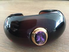 André Bénitah design resin 18 kt and amethyst clasp bracelet; Length approx. 74 mm long and 35 mm wide.