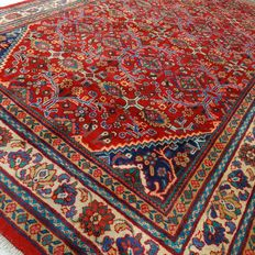 "Arak – 326 x 216 cm. – ""Richly decorated Persian rug in mint condition""."