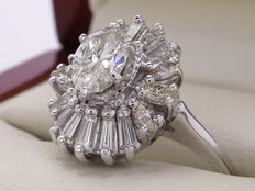 White gold diamond ring with 0.77 ct oval cut main stone, 1.57 ct in total - **no reserve**