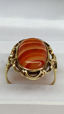 14 kt yellow gold ring set with striped agate