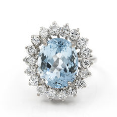 White gold cocktail ring with 18 brilliant cut diamonds totalling 1.50 ct and one 4 ct aquamarine, size 8 (Spain)