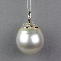 White South Sea pearl pendant, 14.2 x 12.8 mm