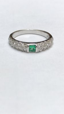 White gold ring, 18 kt, with emerald and 0.70 ct brilliant cut diamonds