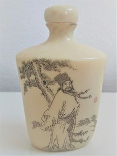 Ivory snuff bottle with a love poem of Su Shi (1037-1101) on it – China – Circa 1920