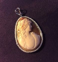 Large pendant in real cameo with 78 pearls ** Period: 1930-1950**.