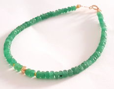 Bracelet made of faceted emerald beads with 14 kt gold clasp and 14 kt dividing beads, length: approx. 20 cm