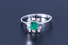 18kt white gold ring with a central emerald flanked by 10 diamonds of approx. 0.15 ct - size 59 / 18.7 mm
