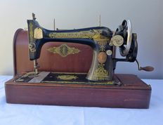 Old nostalgic 127K Singer sewing machine and matching wooden cover, 1917