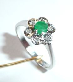 14 kt White gold ring with 1 emerald of approx. 0.25 ct and an entourage of 6 diamonds, size 54 / 17.2 mm
