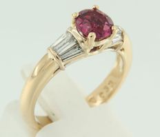18 kt Yellow gold ring with rubellite and 6 taper shape cut diamonds, ring size 17.5 (55)