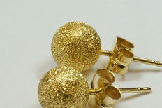 A pair of gold ear studs, 18 kt, 8 mm in diameter