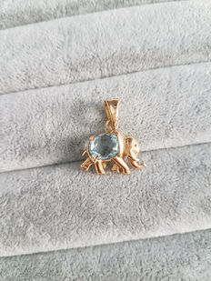 Pendant in 18 kt yellow gold with blue topaz, shaped like an elephant –2.5 x 2.2 cm