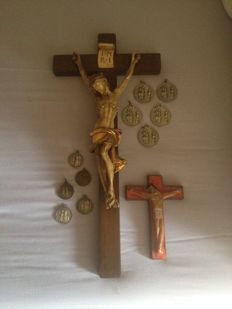 Lot: Crucifix with plaster corpus, earthenware jug + 5 Medals Mary congregation and 5 Congregation Aloys Gonza medals