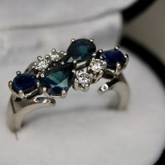 18Kt white gold ring with a mix of natural Sapphires and natural brilliant cut Diamonds (H/VVS2) - 1.62ct. total