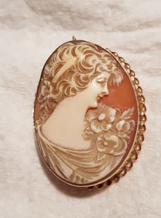Pendant of 333 gold with cameo made of shell
