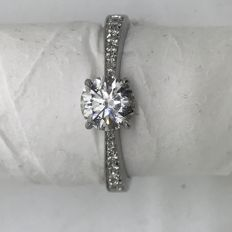 Ring with 0.95 ct central diamond (G - SI) and diamonds on the shank (G - SI) totalling 0.10 ct – Set on 18 kt gold