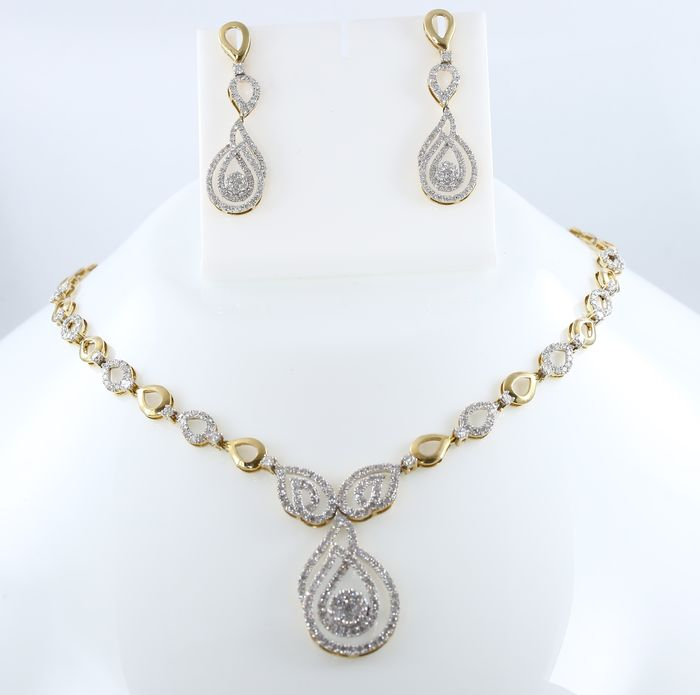 IGI certified gold necklace and earrings with diamonds