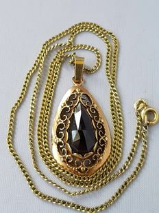 14 kt yellow gold necklace with necklace pendant with black jet.