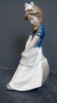 Nao by Lladro - sculpture 'Thinkin'  - design: José Roig