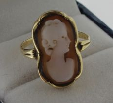 14 kt yellow gold ring inlaid with cameo - size 17