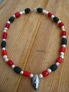 Precious coral necklace, pearl and silver decoration.