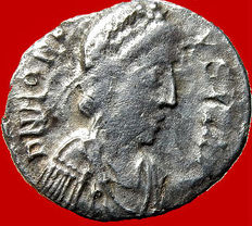 Roman Empire - Honorius (393 - 423 A.D.) silver Siliqua (1,07 g. 143mm.)  uncertain mint between 395-402 A.D. VICTORIA AVGGG.