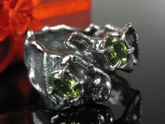 Black silver sterling ring with peridot - handmade - 1990 - size: 61 / 19.4 mm, Bremen