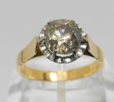Ring made of 18 kt yellow gold with 1.65 ct central diamond