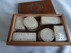 Lot – 116 x mother of pearl playing chips in original wooden box – China – 1st half 20th century
