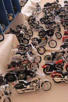 Maisto - Scale 1/18- Lot of 48 Harley Davidson motorcycles with their wooden exhibitor.