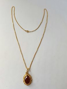 14 kt yellow gold necklace with necklace pendant with carnelian