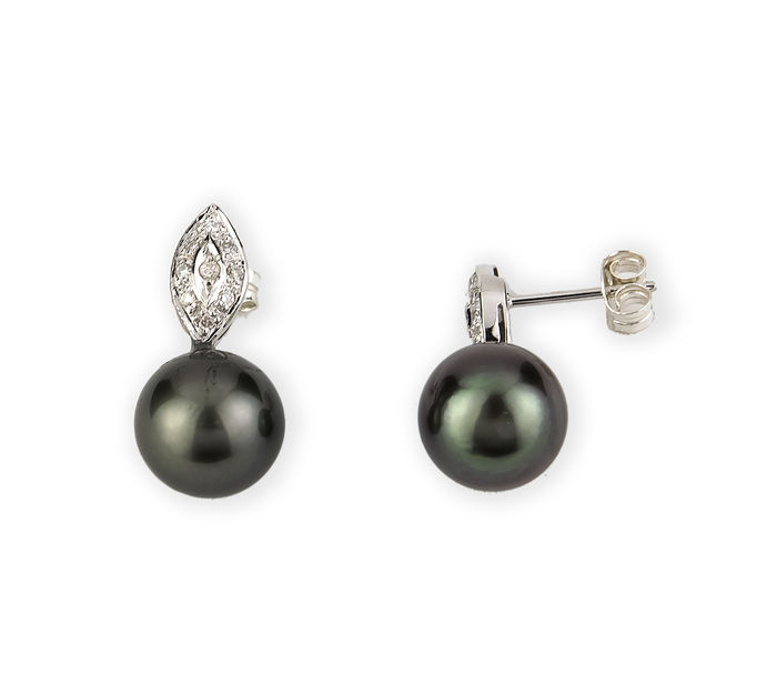 White gold (18 kt) – Diamonds measuring 0.25 ct – Tahitian pearls measuring 10.30 mm – Earrings height: 20.60 mm