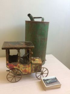 "Lot of 3 items, tin music box ""automobile"", a BP jerrycan of 31 cm high, old car pictures"