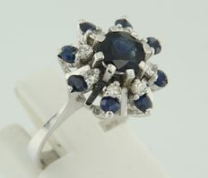 14 kt white gold entourage ring set with brilliant cut sapphire and single cut diamonds, approx. 0.20 ct in total, ring size 16 (50)
