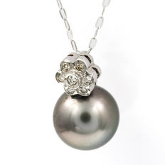Choker with white gold flower pendant with brilliant cut diamonds in bezel settings, of 0.20 ct, and Tahitian pearl of 11.50 mm