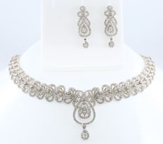IGI Certified Set of gold necklace and long earrings with diamonds of 5.96 ct