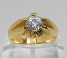 sortija en oro amarillo de 18k con  diamante central de 0,98ct